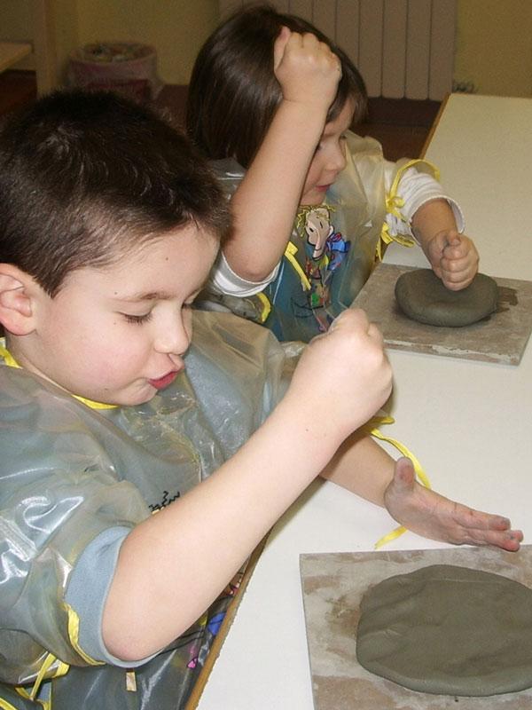 Corsi d'arte di pittura, argilla, disegno e ceramica per bambini e ragazzi