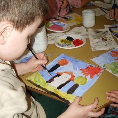 Laboratorio di pittura a tempera nella suola dell'infanzia