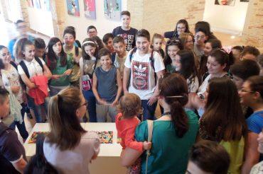 """Studenti entusiasti per la mostra """"B come Bambini"""""""