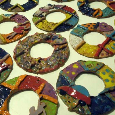 Cornici realizzate in argilla e decorate in ceramica