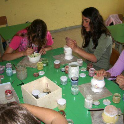 Decorazione ceramica di vasi in maiolica nella scuola secondaria di Pizzoferrato - Laboratorio ArtiBus