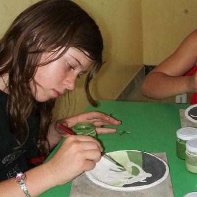 Decorazione ceramica di un piatto nella scuola secondaria di Pizzoferrato - Laboratorio ArtiBus