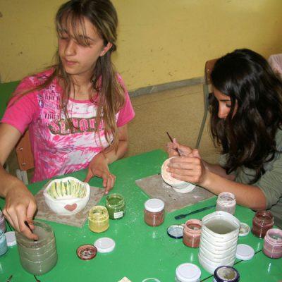 Decorazione ceramica di un vaso nella scuola secondaria