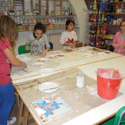 """Progetto di mosaico con tessere in ceramica con i ragazzi della scuola secondaria """"Rossetti"""" di Vasto"""