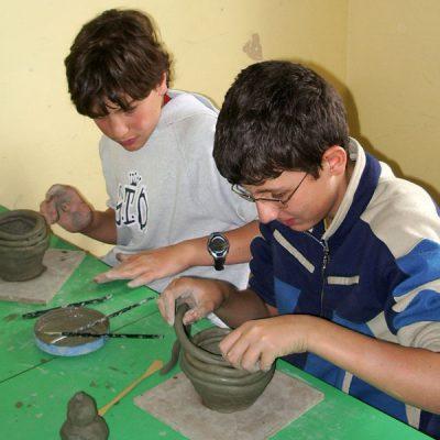 Costruzione di un vaso con l'argilla attraveso la tecnica del colombino nella scuola secondaria di Pizzoferrato  - Laboratorio ArtiBus
