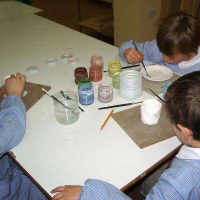 Decorazione ceramica di un vaso durante la visita al nostro laboratorio