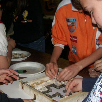 Visite scolastiche in laboratorio con lezione di mosaico per i bambini della scuola primaria