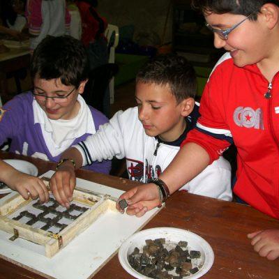 Visite scolastiche in laboratorio con lezione di mosaico per i bambini della scuola primaria-Vasto