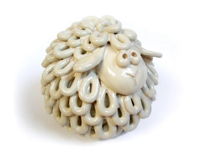 Campanella a sfera, pecorella in ceramica con vello a gocce del Laboratorio ArtiBus di Vasto
